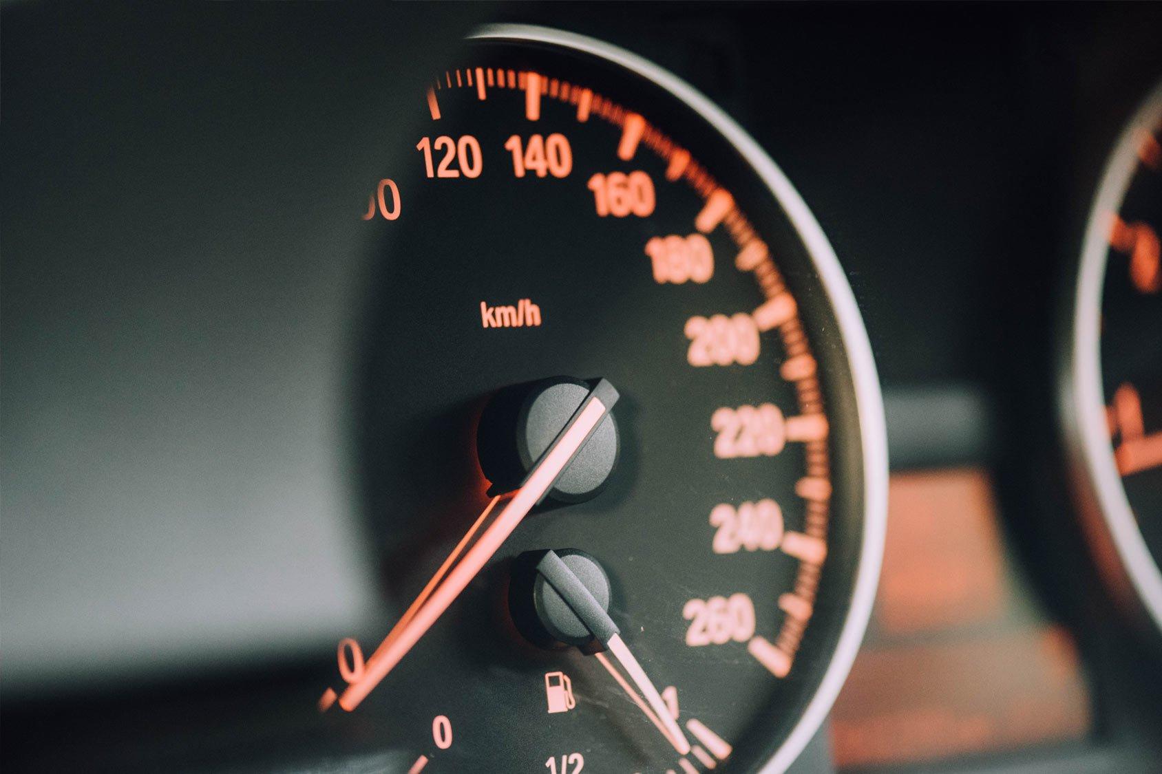 Benefícios do sistema de controle de velocidade de caminhões no transporte de cargas